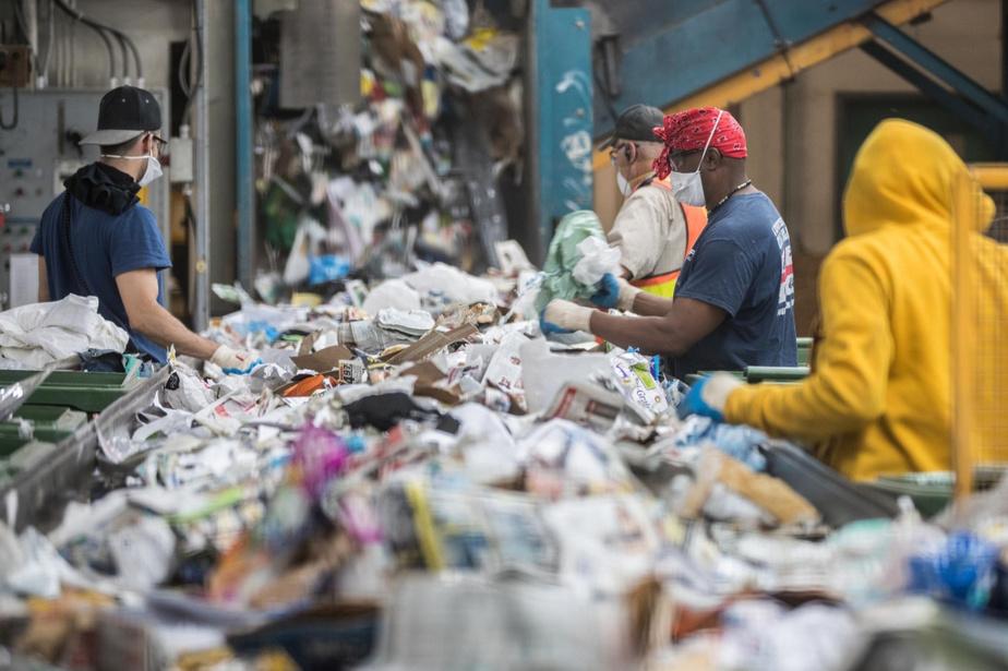 Trieur-euses à l'œuvre dans un centre de tri de Montréal (Source photo : Olivier Pontbriand, La Presse)
